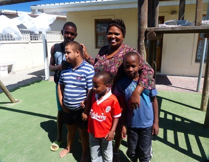 Blij gezin in Cloetesville, Zuid-Afrika