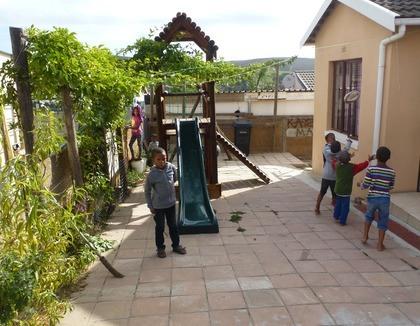 Spelende kinderen in Cloetesville, Zuid-Afrika
