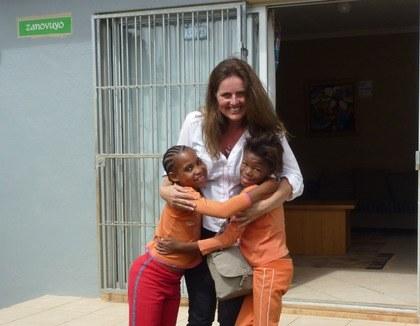 Een knuffel voor kinderen in Kayamandi, Zuid-Afrika
