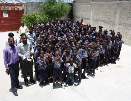 Schoolkinderen in Cité Soleil Haïti