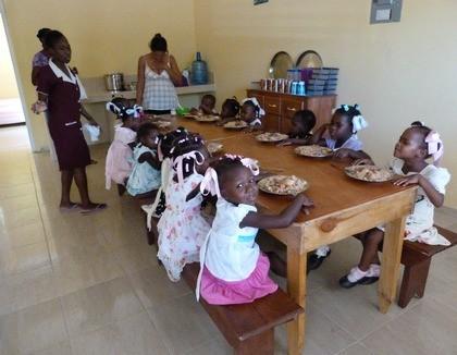 Haïtiaanse meisjes krijgen te eten